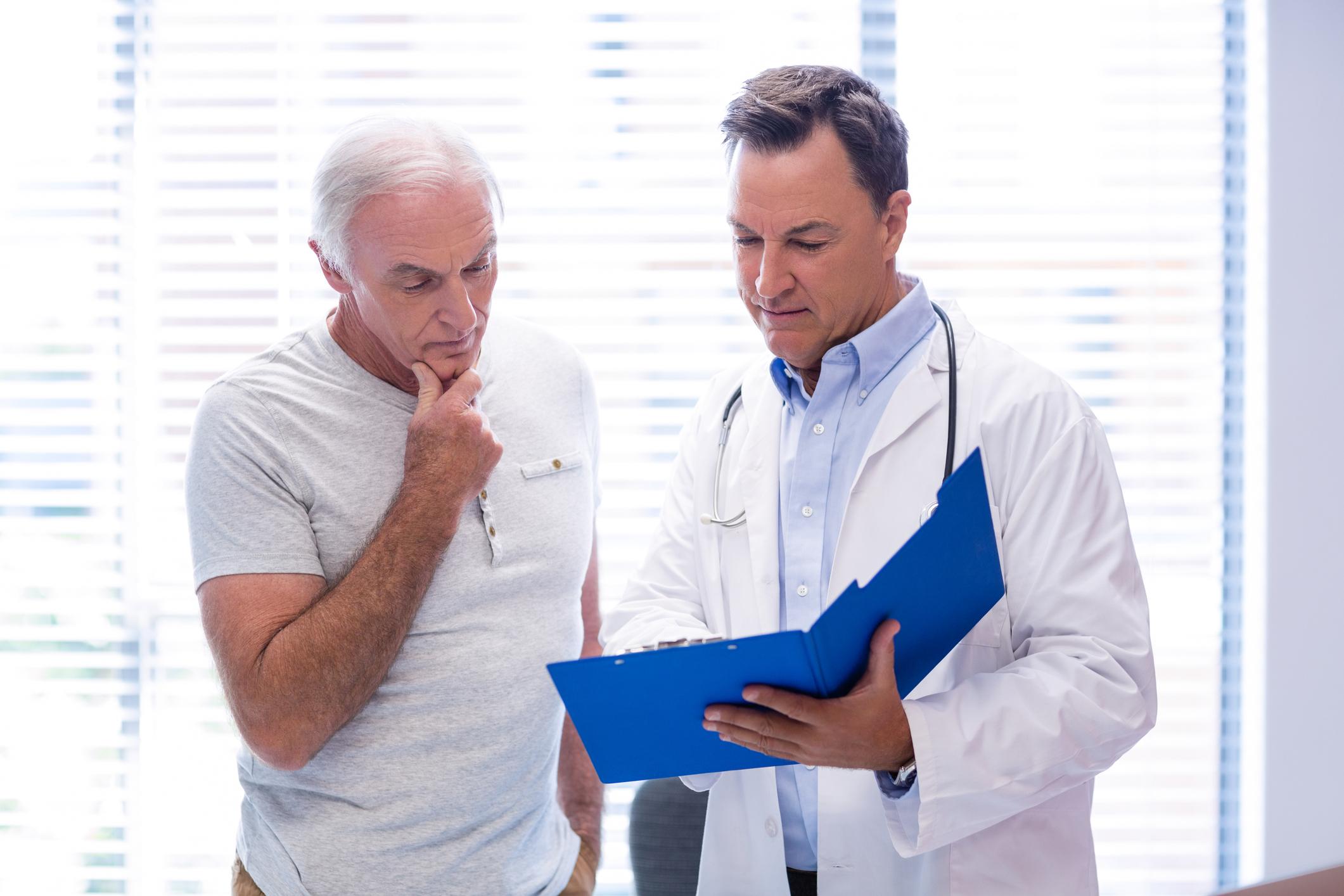 Médico explicando laudo para o paciente